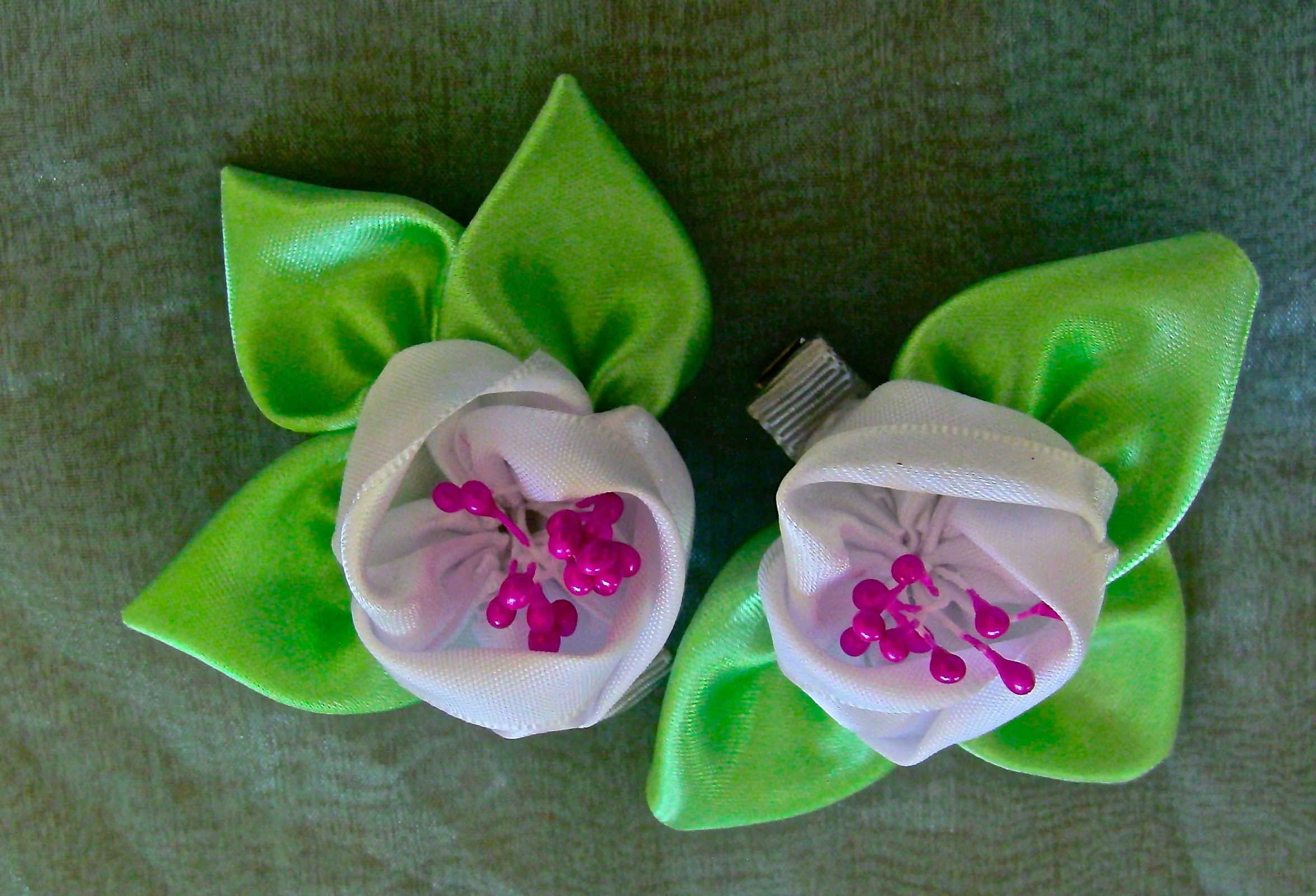 HOW TO MAKE ROLLED RIBBON ROSES- fabric flowers-Flor  de fitas   com pistilhos   Passo a Passo