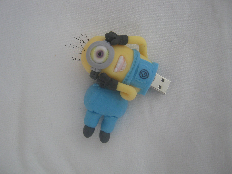 Pendrive ( USB ) decorado com Minions - Biscuit. Porcelana Fria - By Clau Schroeder