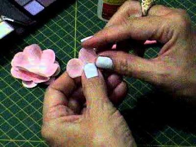 SCRAPBOOKING: Flores de papel pintadas com a técnica das sombras de olhos