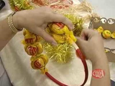 Aprenda a fazer uma linda guirlanda natalina adornada com bombons - parte 2