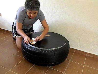 Acabamento da mesa de centro feita com pneu