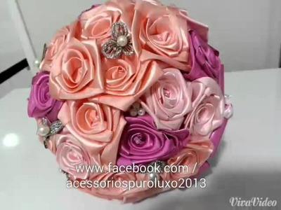 Buque de flores de cetim e broches