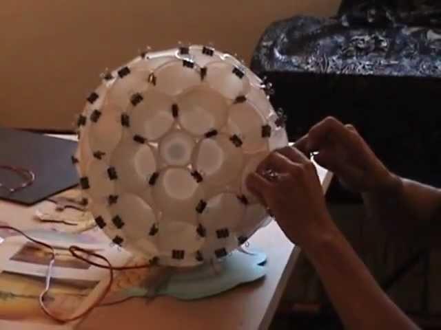 Luminária de copos descartáveis