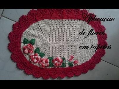 Aplicações de flores em tapete de croche