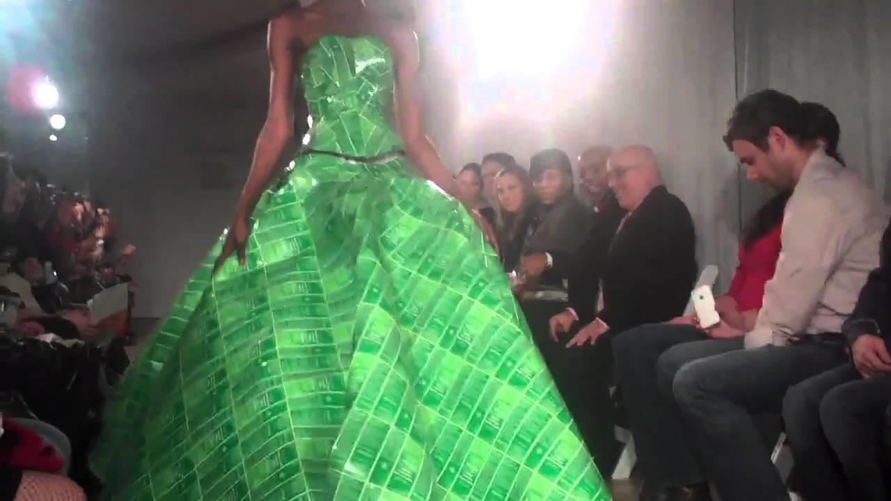 Cultura do Reciclável - Vestido Weleda feito pelo estilista Gary Harvey na passarela!