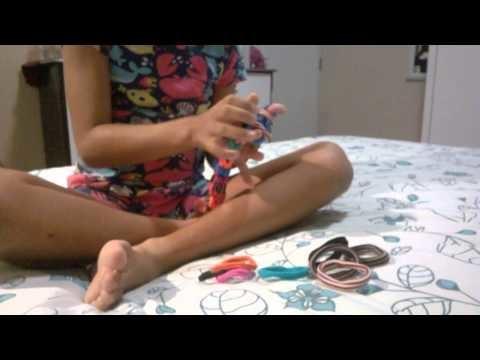 Heloisa ensina como fazer pulseiras Rainbow Loom com elástico de cabelo