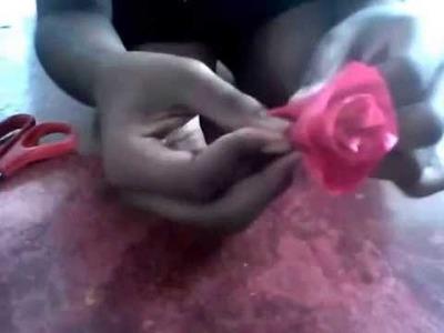 Como fazer uma rosa com papel crepom