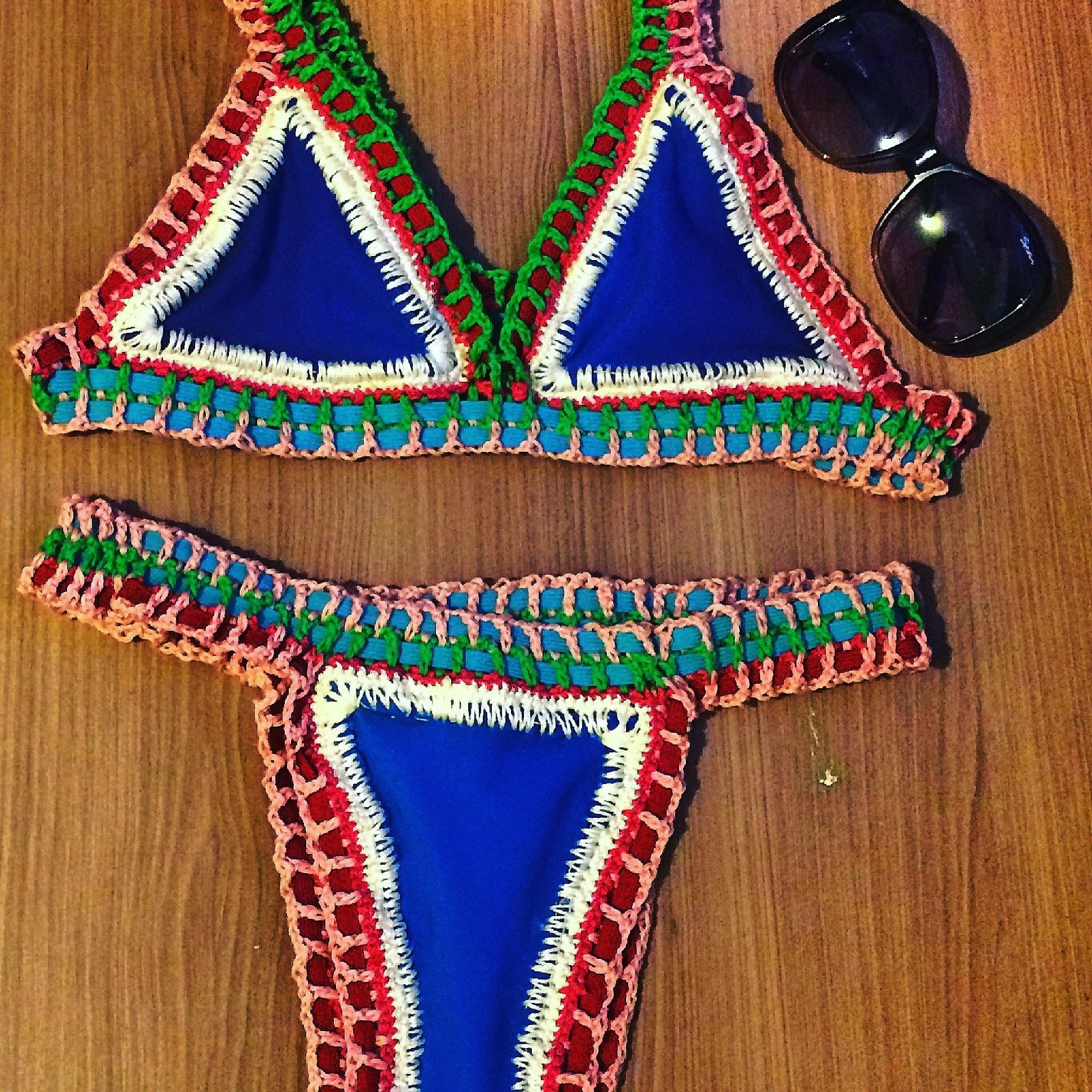 Biquíni de elástico colorido e crochê