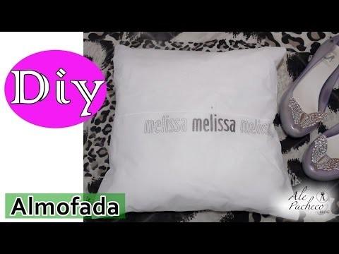 Almofada feita com saquinho Melissa (DIY)
