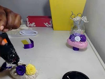 Artesanato sabonete decorado com flor de cetim.