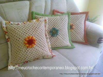 Almofada com Square em Crochê e Flor Catavento de 16 Pétalas
