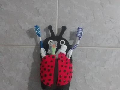 Porta escova de dente feito com garrafa pet.
