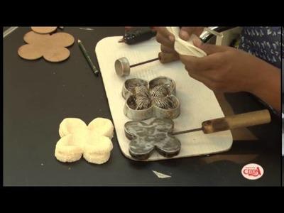 Eliana Donato ensina fazer duas forminhas para doces com decortela.