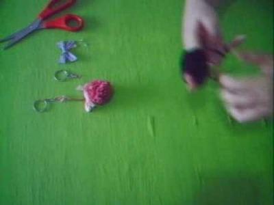 Como fazer um chaveiro PomPom (tutorial) How to do a pom pom keychain