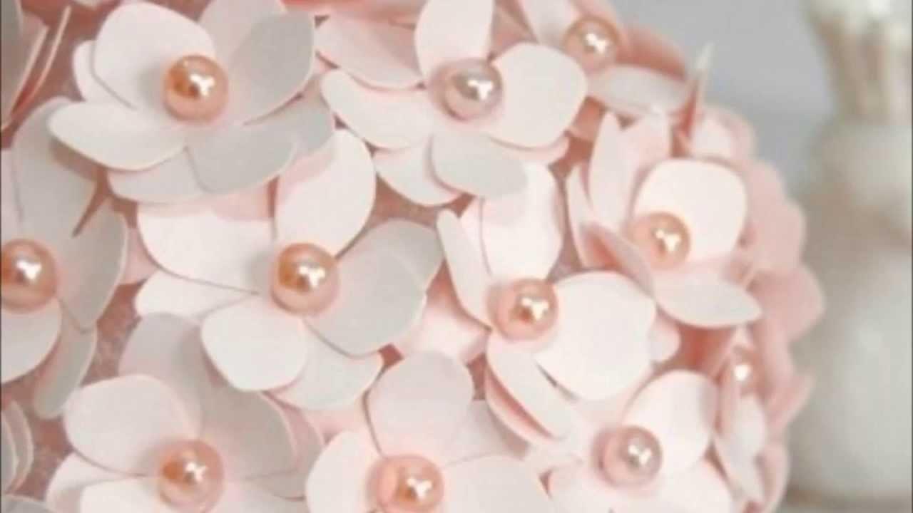 Enfeites de casamento e aniversário feitos com flores de papel e isopor PAP