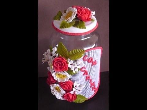Pote com flores e buque para noiva