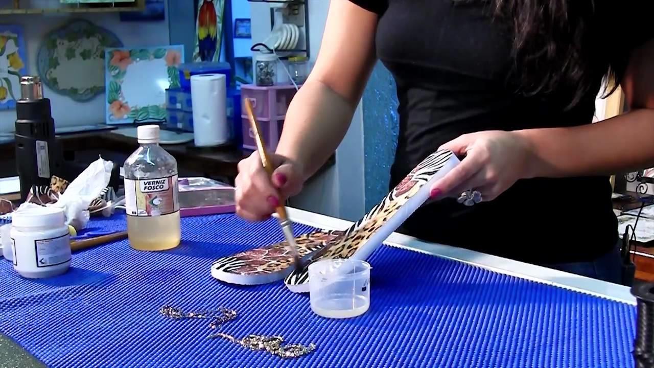 Tutorial ensina técnica de decoupage no chinelo