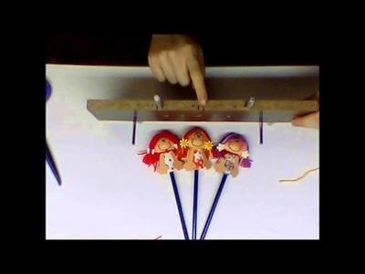 Fazendo cabelos de bonecas com suporte em madeira