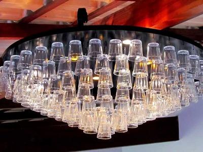 Instalação de um lustre de copos