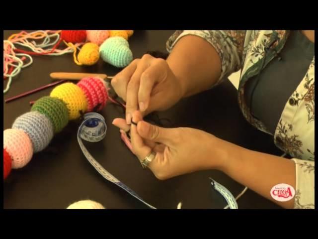 Fabiana Ostos ensina fazer uma centopéia de amigurumi.