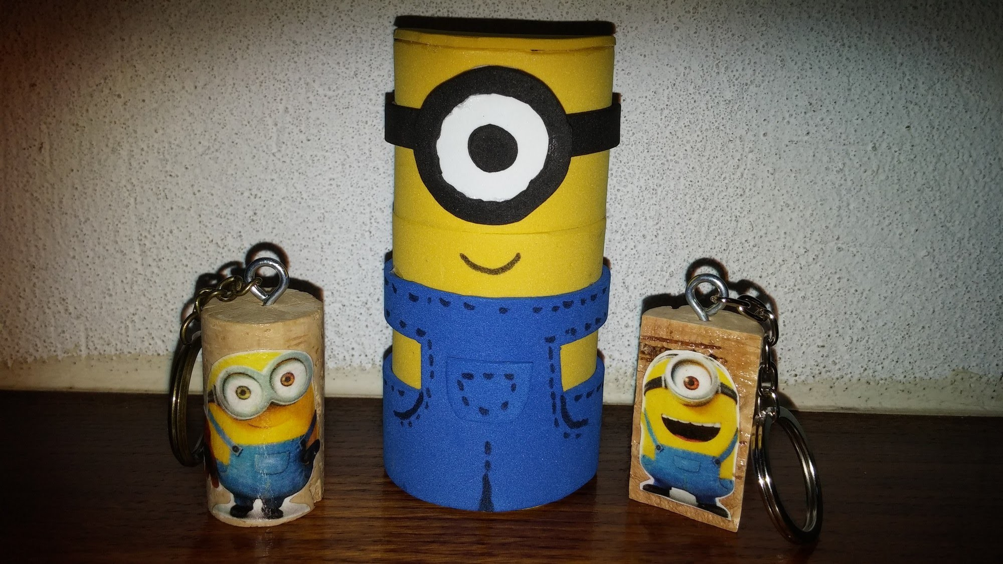 Minions de eva 3d com rolo de papel - DIY - Minion of eva and paper roll