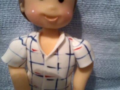 Menino com camisa xadrez em biscuit