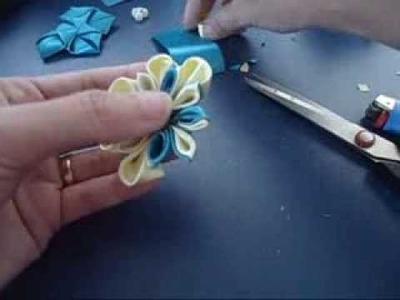 Flor de fita com pétala dobrada no meio. Ribbon flower