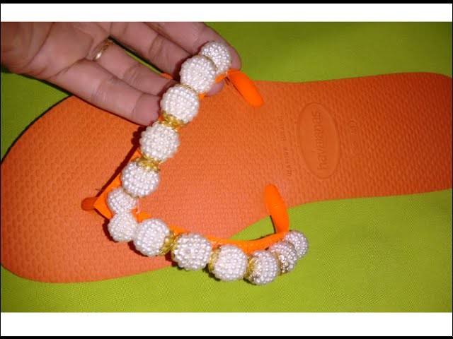 Sandália customizada com pérolas craqueladas