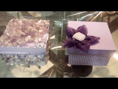 Caixinha MDF revestida com tecido com flor de fuxico ou pedras.