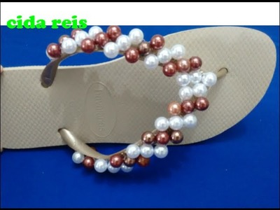 Chinelo decorado com pérolas(fica o tipo umas listas no bordado)