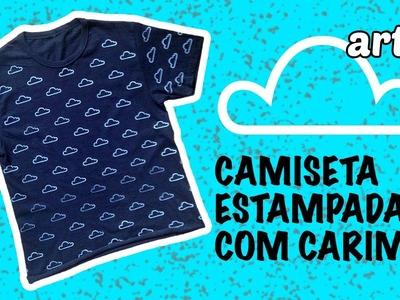 Estampando camiseta com carimbo de borracha