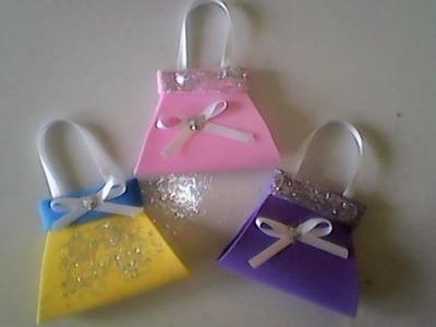 Mini bolsa de eva fácil de fazer, com custo baixo para lembrancinha de aniversario
