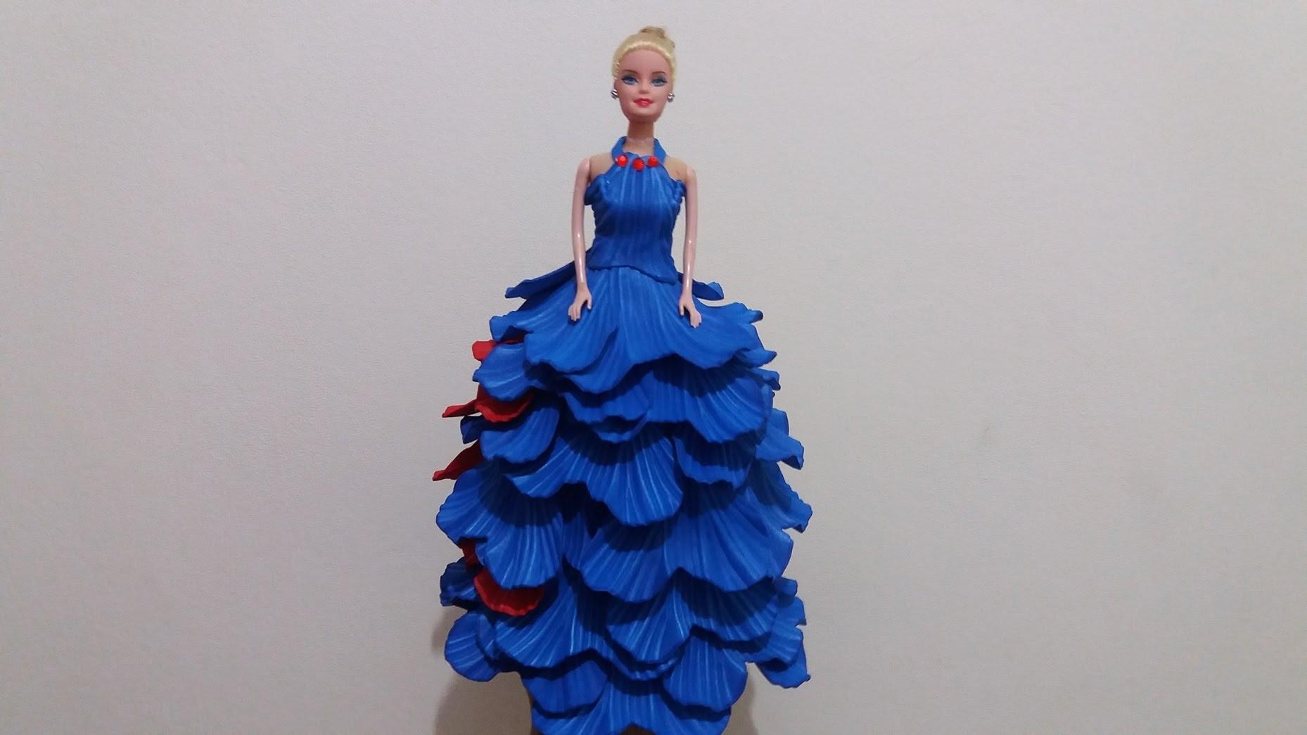 Barbie de eva com garrafa pet