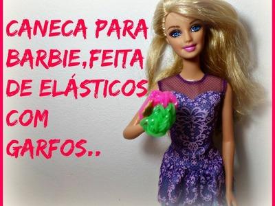 Caneca para Barbie feita de elásticos.