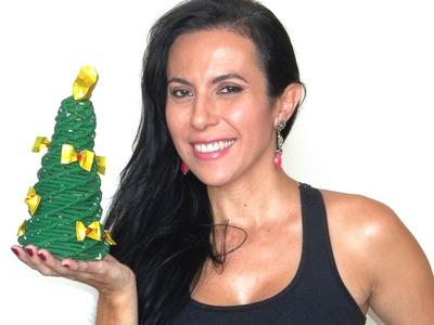 Árvore de natal feita com canudinhos de jornal
