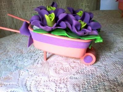 Carrinhos de mão produzidos a partir de mantegueiras e decorados com rosas de E V A SEM FRISADORES