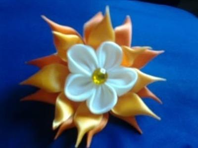 Flor de cetim para o cabelo. coletero con flor para el pelo