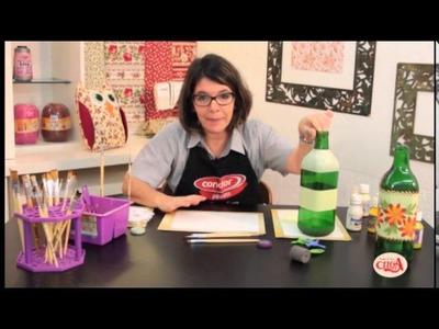 Denise Emery ensina pintar uma garrafa com pincéis da Condor.