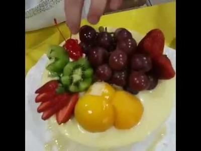 Bolo de Frutas ensinando o recheio de Mousse de Nata