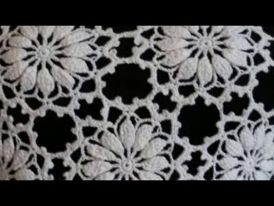 Blusa branca motivo flores para o ano novo.