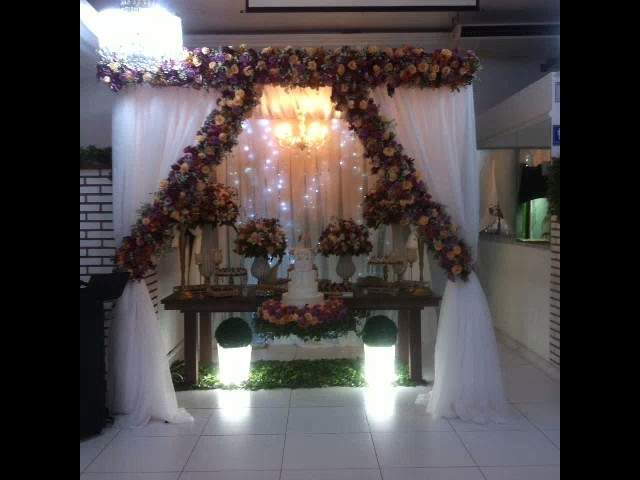 Decoração com tecidos ,flores na tenda , iluminação e led .