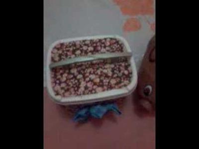 Artesanato com pote de sorvete e um lindo porquinho de bexiga e jornal